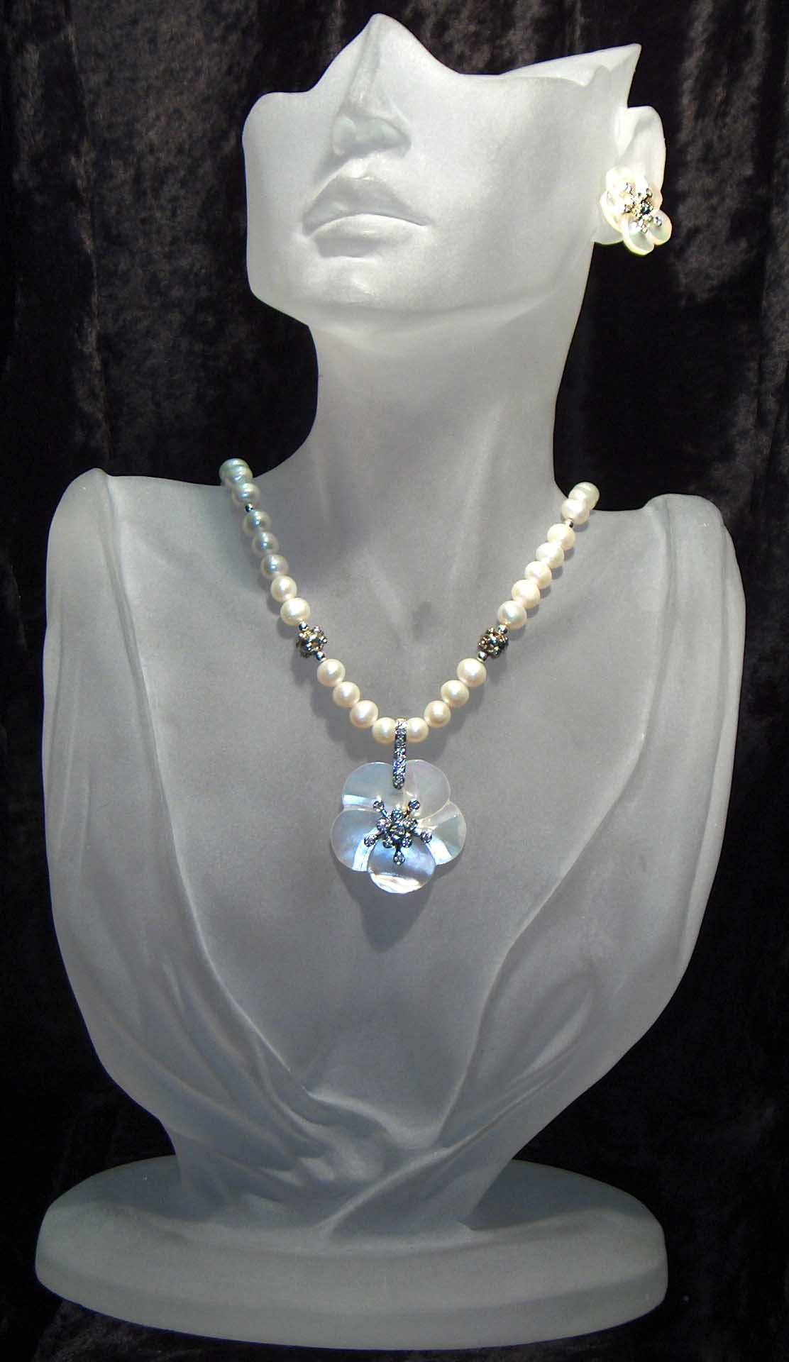 Fresh water pearls with white MOP pendant
